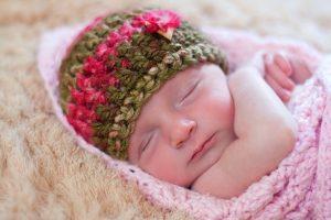 12 Gorros tejidos para recién nacidos